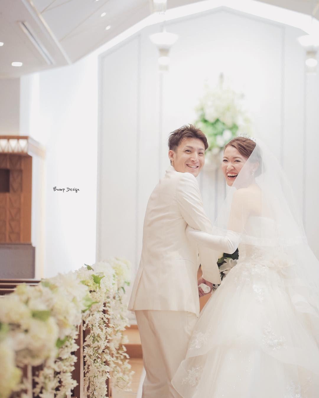 さぁ結婚式 はじまるよー チャペルでちょっとだけ 二人の写真タイム なぜかカメラマンの 僕をみて大爆笑 これでいいんです笑 カメラマンが本気モードで 現れるだけで なぜか笑みが溢れる そうだとしたら この上ない幸せです 写真には カメラマンと 新郎 ウェディング