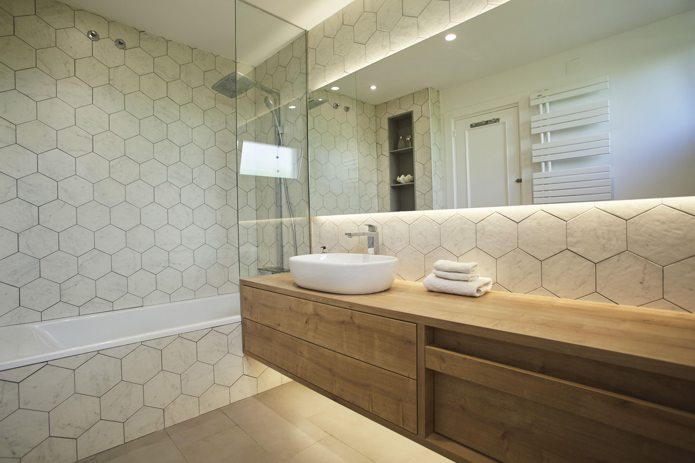 Baño con azulejos hexagonales en blanco #hexagonaltiles # ...