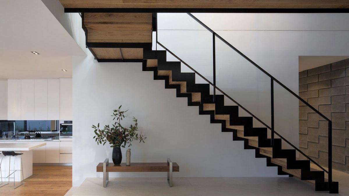 Metalen trap met houten treden.png 1199×673 interieur