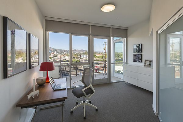 A Truly Creative Home Office Idea Big Open Windows Bring In Lots Of Natural Light While A Non Clutt Los Angeles Apartments West Hollywood Apartment Apartment