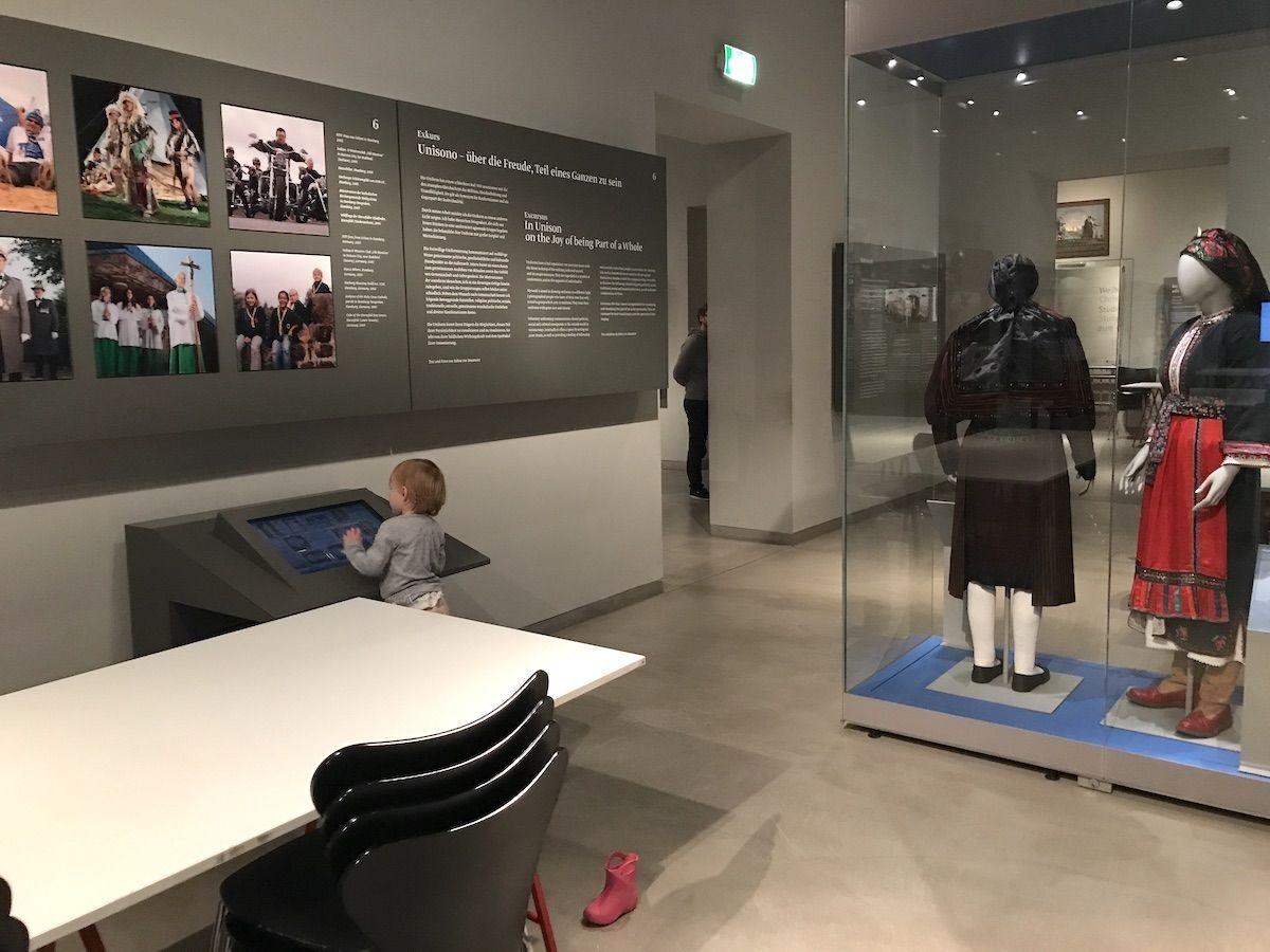 30 Jahre Mauerfall Das Museum Europaischer Kulturen Mamaskind 30 Jahre Mauerfall Sticker Kaufen Kultur