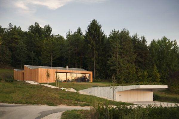 Ein Modernes Haus Im Wald Zieht Die Blicke Auf Sich In Slovenien. Gelegen  Am Rahmen Des Waldes, In Der Nähe Der Stadt Novo Mesto , Das Haus Ist