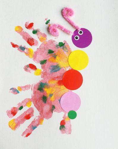 """Crée un papillon coloré avec ta petite main ! En plus d'avoir un joli dessin que les enfants sont fiers de pouvoir afficher, cette activité """"d'empreintes"""" de peinture originale et marrante, permet de garder un joli souvenir des petites mains d'enfants."""