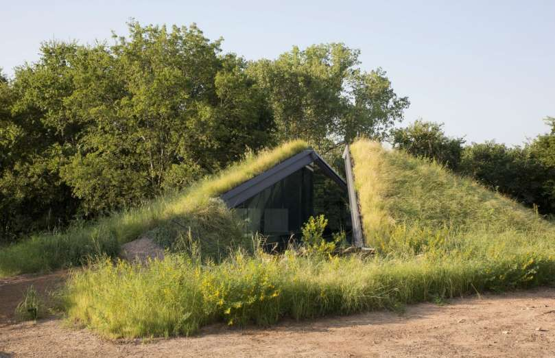 This house, which sits comfortably under a patch of grass in Texas, was designed based on the vernac... - Barry Chen studio LP