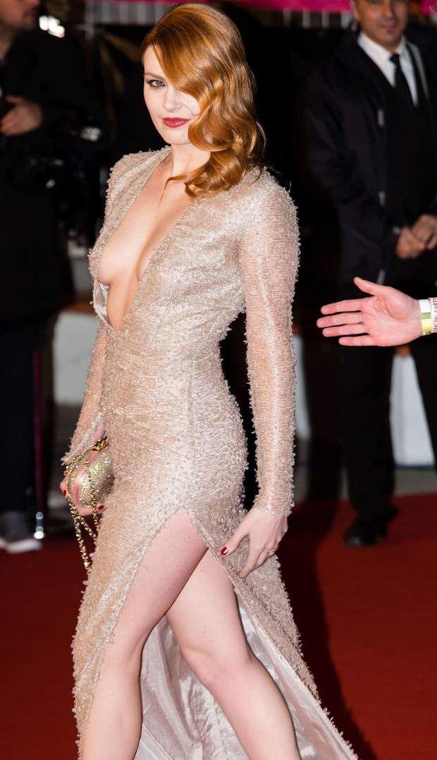 En 2013, Elodie Frégé ne quitte plus son allure rétro-glamour. Une femme fatale qui enflamme les tapis rouges