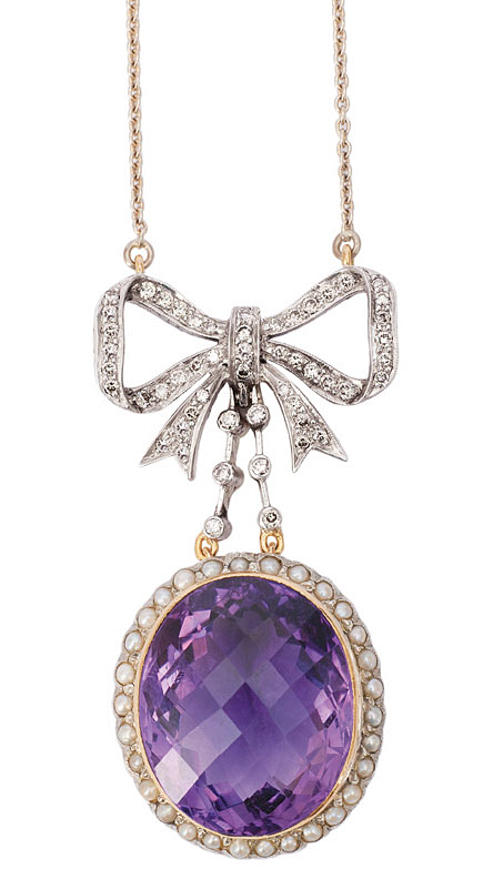 Amethyst diamond pendant with necklace.    Early 20th cent. 18 ct. yellow gold with silver. A large, faceted cut amethyst of c. 30 ct. (23 x 19 mm). Framed by 30 small cultured pearls and by 80 small round cut diam. in total c. 1 ct. M-LightBrown.vvsi-vsi. Pendant 55 x 28 mm, necklace 18 ct. white gold l. 43 cm, weight in total c. 20,5 g.
