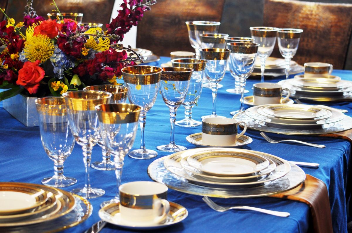 regal table setting /// #blue #gold #china #flowers #tablescape ...