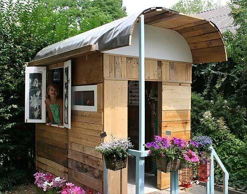 Einzigartiges Spielhaus für die Kobolde. Erinnert an einen alten Bauwagen. Sehr liebevoll gemacht.