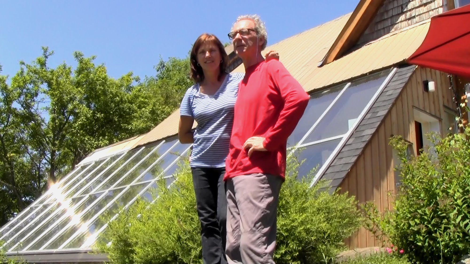 visite d 39 une maison solaire avec serre de culture r sidentielle en estrie au qu bec avec ses. Black Bedroom Furniture Sets. Home Design Ideas