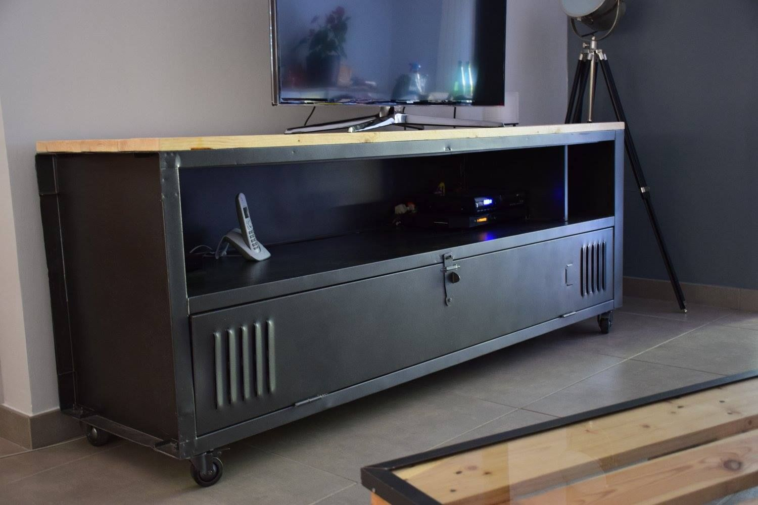 Meuble Tv Avec Un Casier M Tal Ac T Original Wood Cr Ations  # Meuble Tv Casier Industriel