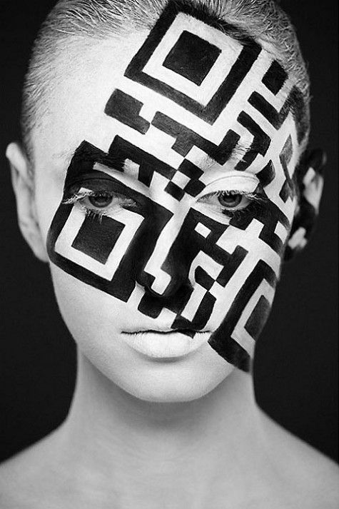 de strakke lijnen en vierkanten op het gezicht van de vrouw waar niks vierkant of perfect recht aan is maakt het interessant, ook dat het schuin op haar gezicht staat en er afsnijding is. ook zit er een donker licht contrast in.