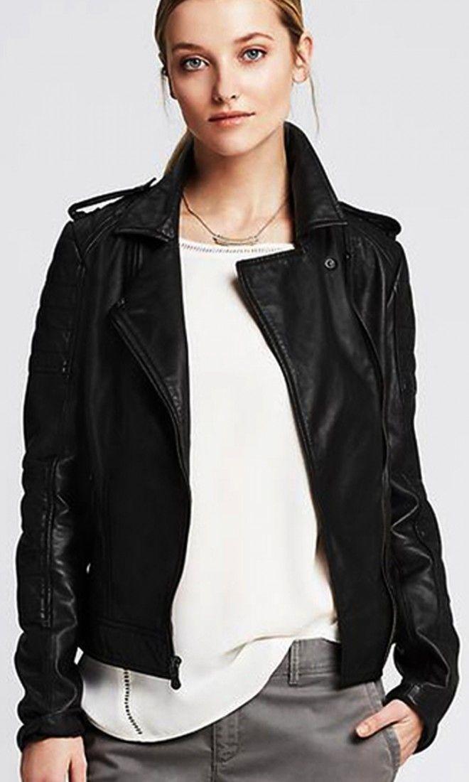jaqueta de couro preta com camiseta básica