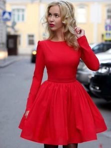 Красное платье до колен с пышной юбкой
