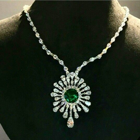 A Breathtaking Necklace Centered Upon A 10 Carat Round Emerald Surrounded By An Explosion Of Diamonds Black Gold Jewelry Beautiful Jewelry Beautiful Necklaces