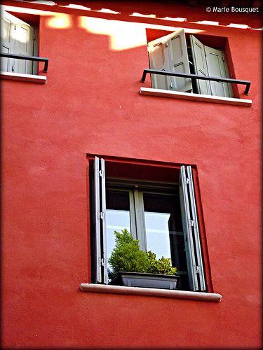 fa ade ocre rouge avec jardini re pinterest jardini res fa ades et rouge. Black Bedroom Furniture Sets. Home Design Ideas