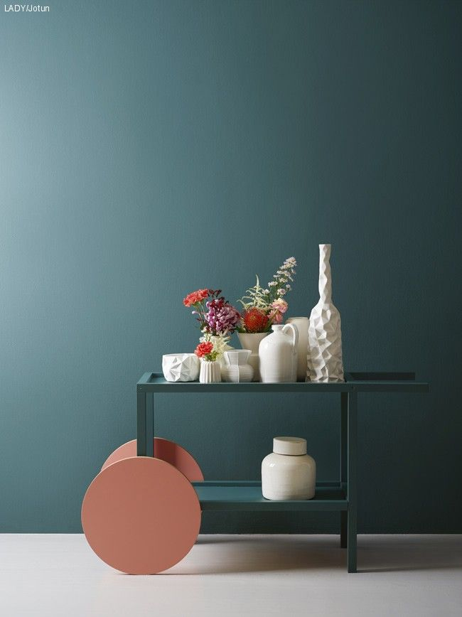 JOTUN_LADY_SS14_5362_FUSION_1 Gjør som verdens beste kokker – tryll med råvarene! IKEA har kanskje designen, men LADY har definitivt fargene! Bilderammer, bord og stoler totalforvandles med blågrønne farger som LADY 5397 Scooter eller LADY 5362 Fusion. Bruk gjerne den samme fargen i forskjellige glansgrader! Her kan du se hvordan vi tryllet med dette IKEA trillebordet.