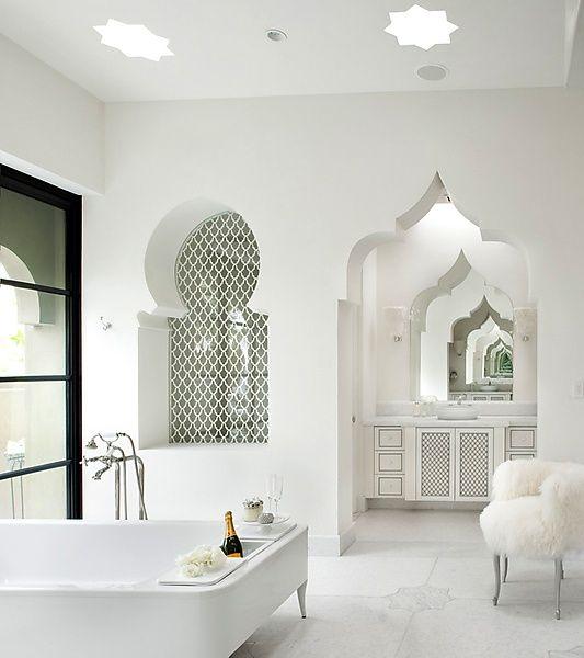 Grand #baignoire Dans Une Salle De Bain De Style Marocain Contemporain