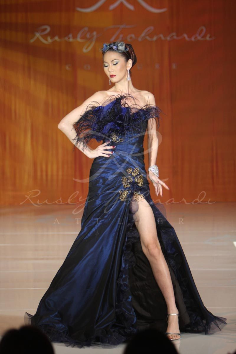 Navy Blue Gown With Feather And Gold Lace Details Blue Navyblue Gown Dress Eveningdress Eveninggown Hai Formal Dresses Long Evening Gowns Navy Blue Gown