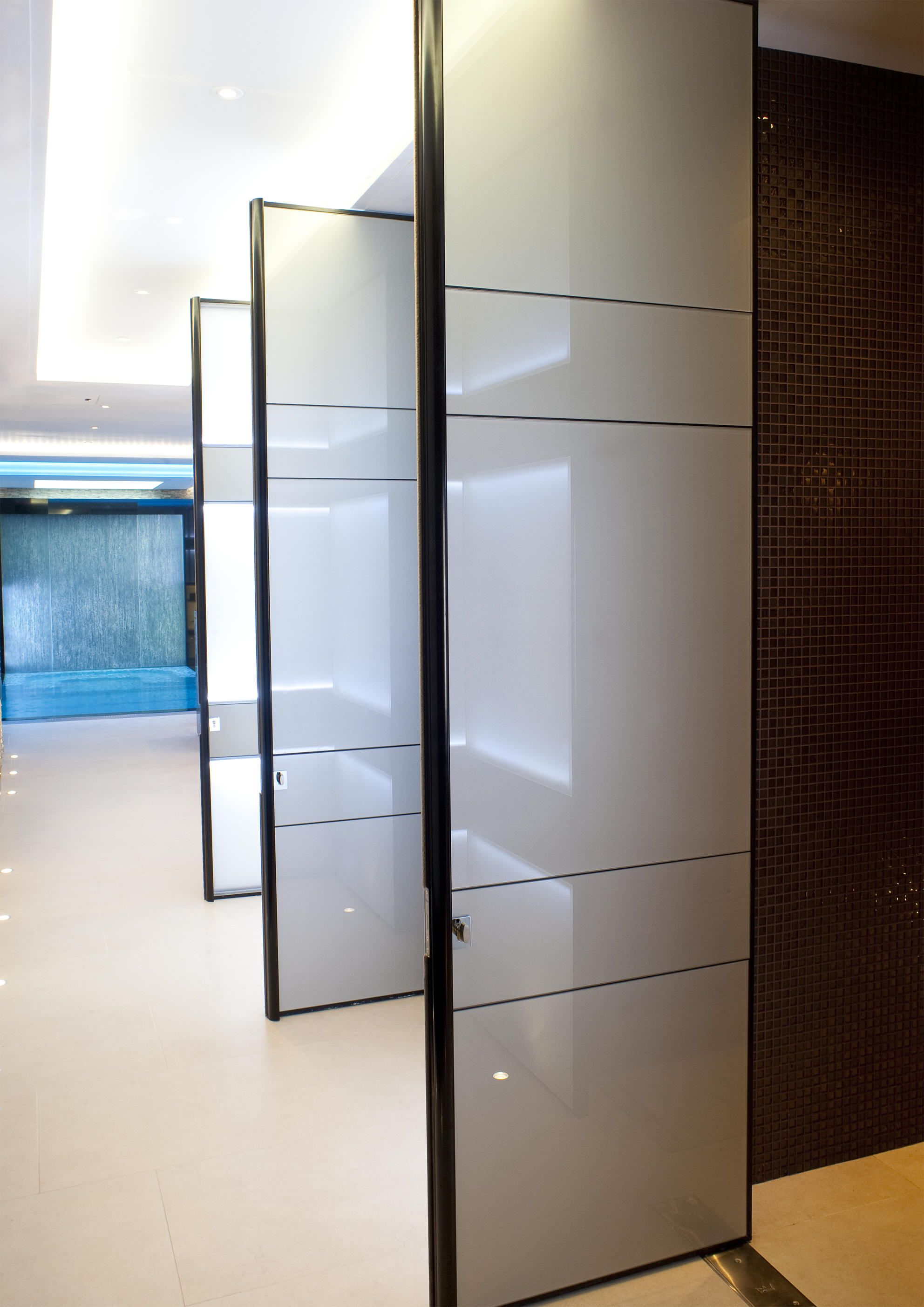 Pivoting Doors With Glass Panels With Illumination To The Front Side By Atwork Beleuchtung Raum