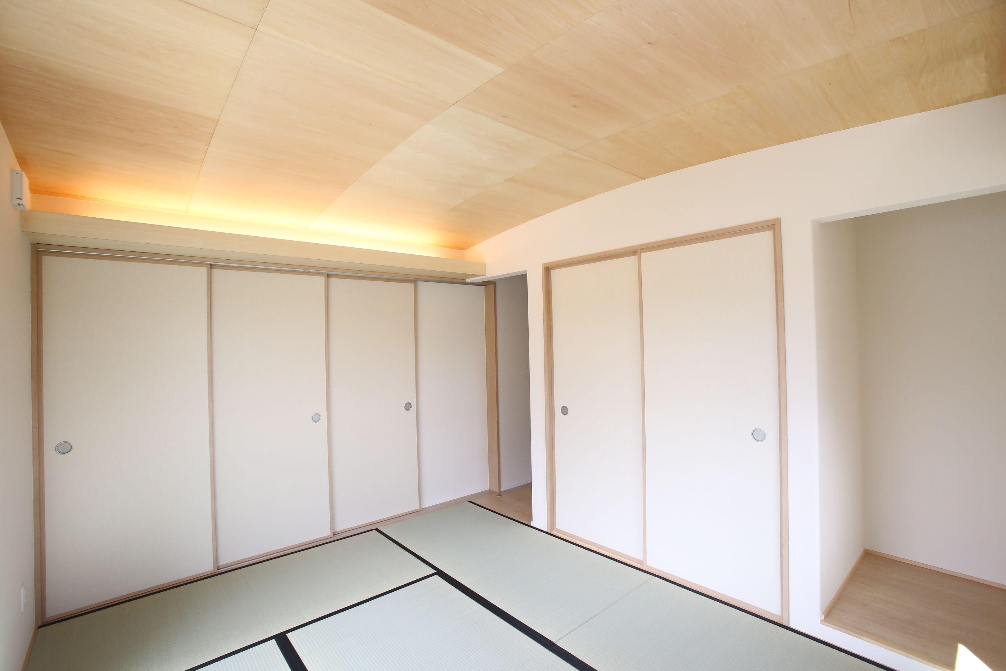 アーチ型の天井と間接照明がおしゃれな和室 天井にはシナベニヤを