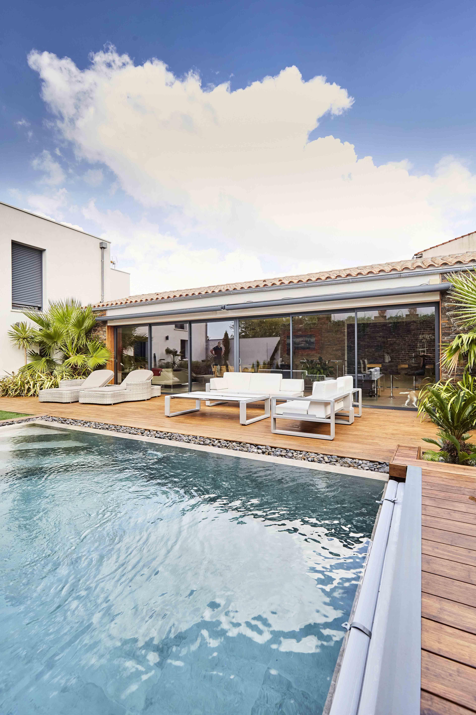 Une Belle Piscine Design Entouree D Une Terrasse En Bois