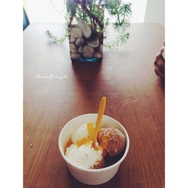No importa que llueva sí comes tu postre favorito con tu persona favorita  Linda noche ✨ no olviden leer thelookofthedayaudi.blogspot.mx (link en mi biografía) #tlotdaudi #thelookofthedayaudi #imicecream #dessert #icecream #deli