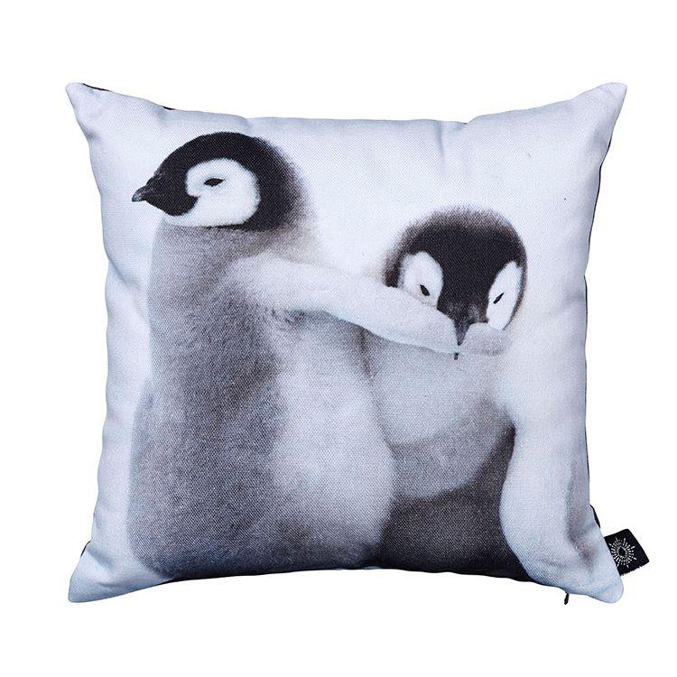 Lækker pude fra by nord med pingviner – Baby Penguins Playing. Designfund har markedets billigste priser og hurtigste levering – klik her og se mere design.
