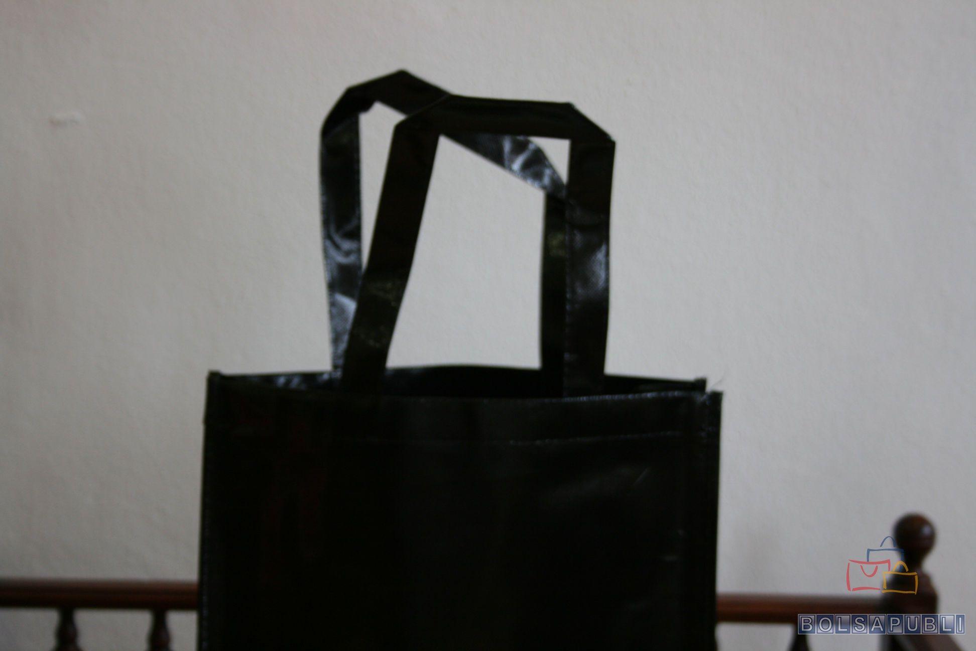 5e5c47ff1 Bolsa plastificada negra de tela non woven con asas cortas cosidas. Modelo  de envase muy