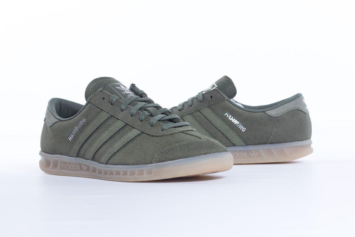 Una zapatilla creada en los años 80 en homenaje a la cautivadora ciudad alemana. La zapatilla Hamburg vuelve a la carga con un estilo muy fresco y una parte superior de pielde primera calidad. Luce el nombre