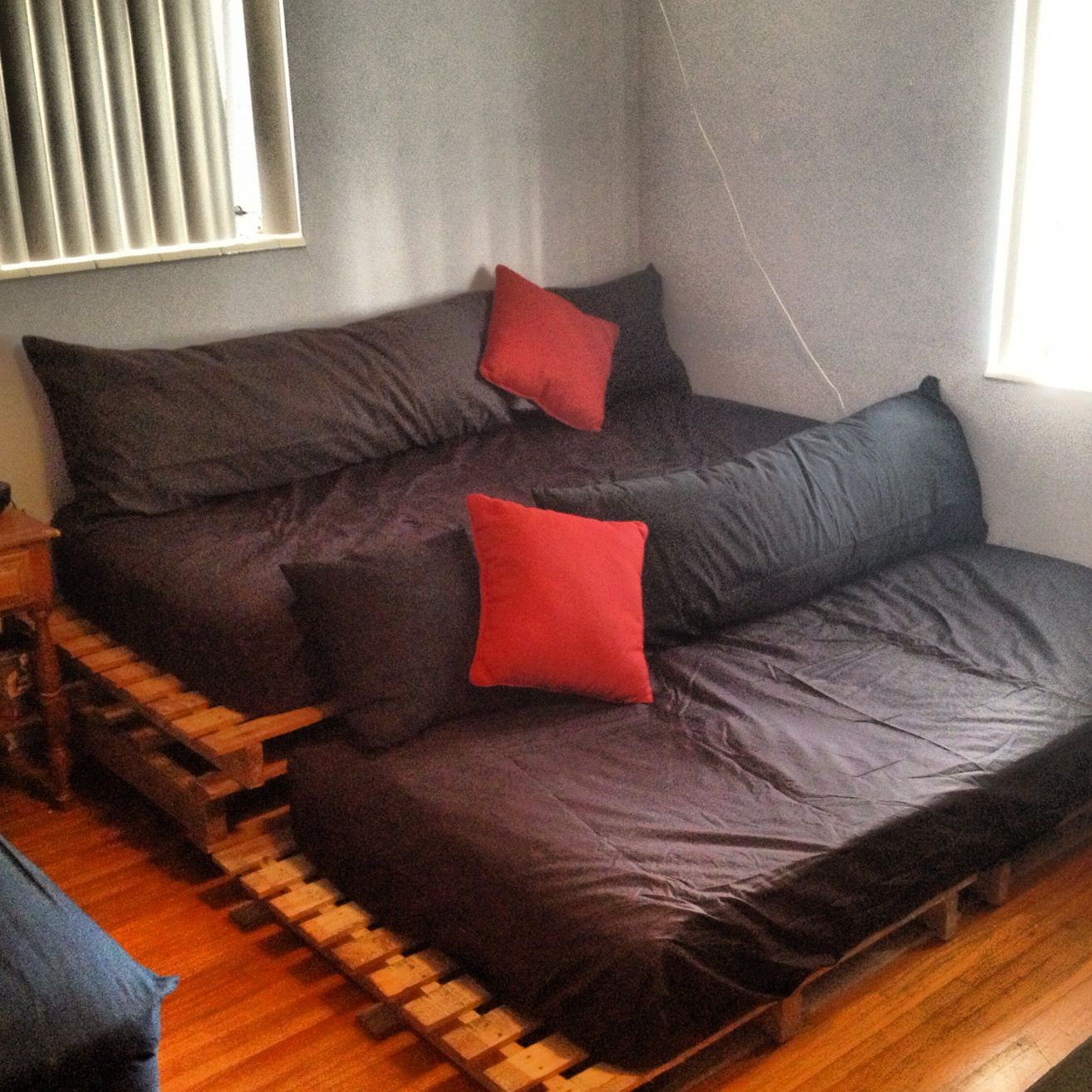 Diy Theatre Seating With Pallets Sala De Cine En Casa