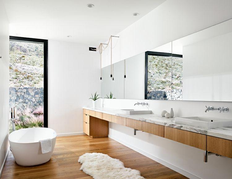Helles, Modernes Badezimmer Mit Freistehender Badewanne