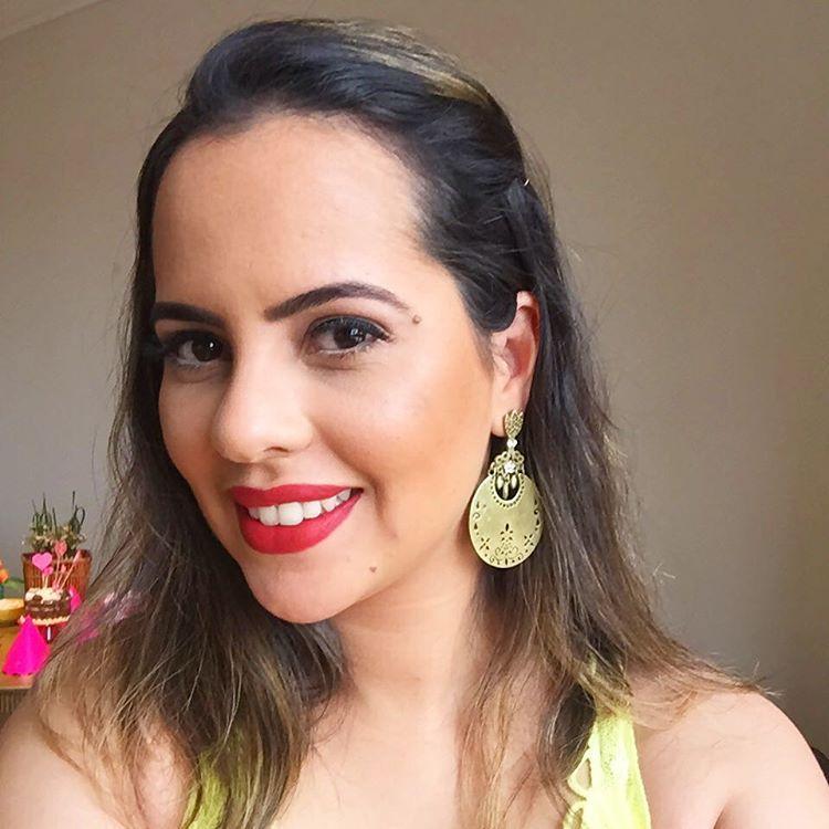 Batom vermelho com olho nada, maquiagem elegante e fácil de fazer. Brazilian makeup.