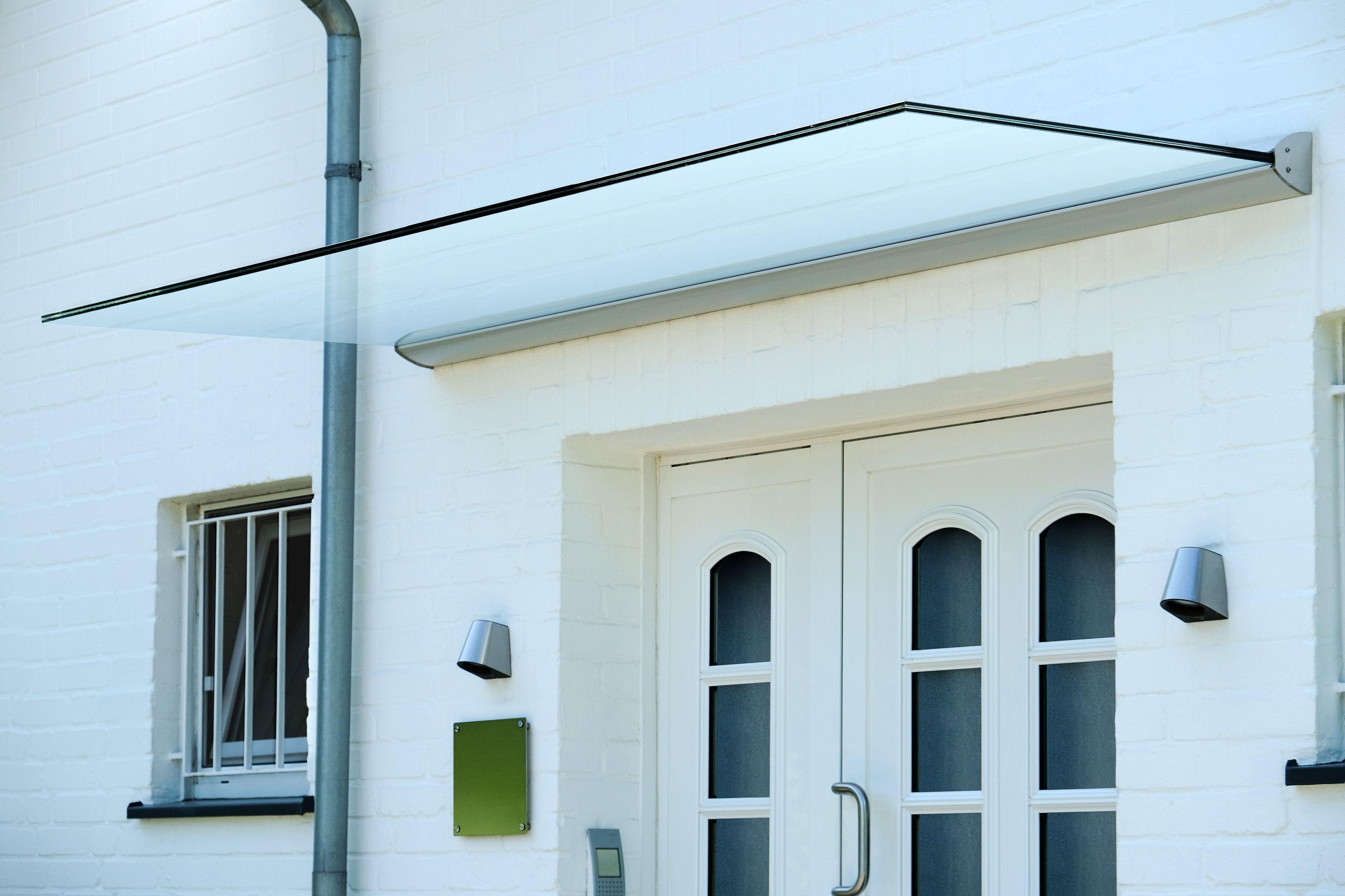das freitragende glas vordach dura plus sorgt f r einen hellen und modernen hauseingang. Black Bedroom Furniture Sets. Home Design Ideas