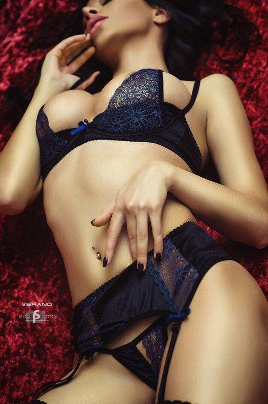 Женское нижнее белье брюнетки частное ню в кружевном белье