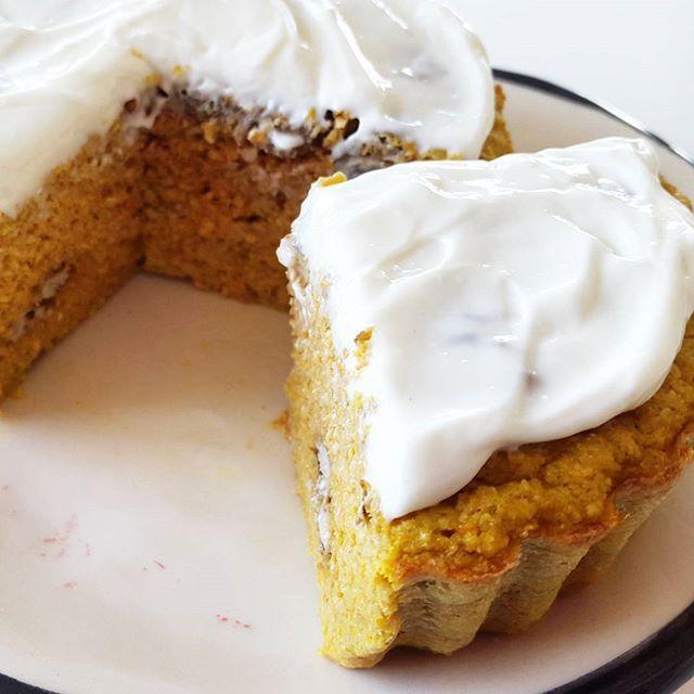 CARROT CAKE  1 huevo  4 claras  2 zanahorias medianas ralladas  2/3 taza de salvado de avena  nueces picadas  1 cda de canela  1 cdita de polvo para hornear  un chorrito de esencia de vainilla  endulzante  Precalentar horno a 180 grados.  Licuar todos los ingredientes menos las nueces.  Verter en...