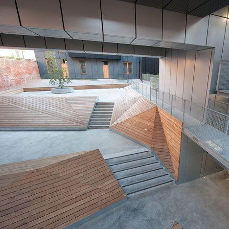 Muros de contencion diseñados con escaleras para generar ...