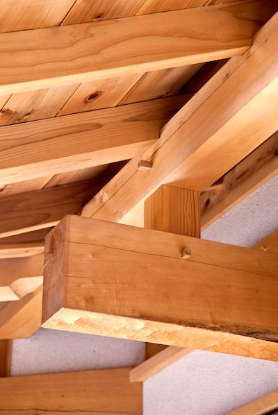 木の込栓で組まれた本物の梁や天井 眺めながら酒が飲める 軒下