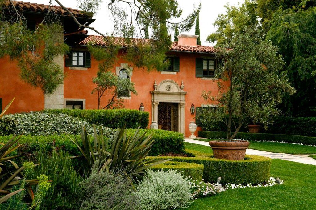 A Beautiful Italian Style Garden By Ept Design Italian Courtyard