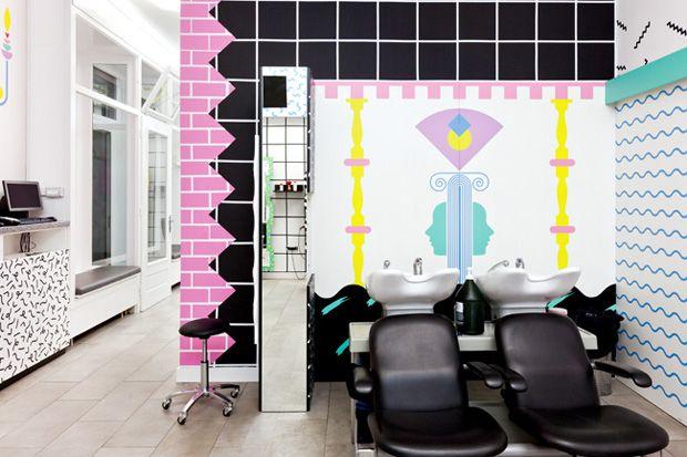 Un salon de coiffure à la décoration enfantine et colorée Local de