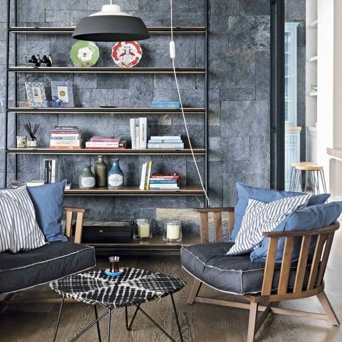 Charmant Zwei Hölzerne Sessel Mit Blauen Kissen, Kleines Zimmer Einrichten, Ein  Regalsystem