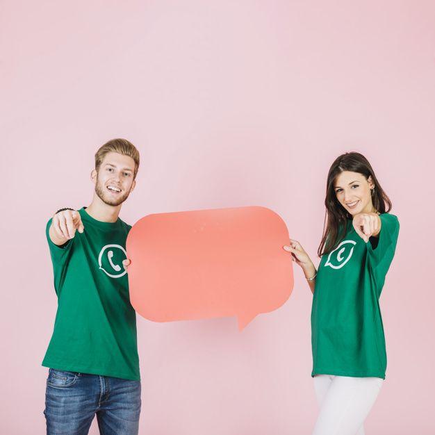 Casal feliz apontando os dedos, mantendo... | Free Photo #Freepik #freephoto #fundo #pessoas #icone #mulher