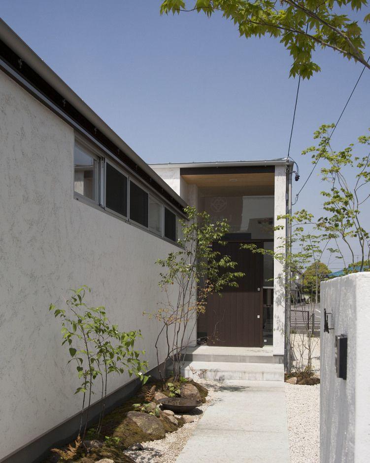 そとん壁の白が美しい玄関アプローチ 木造 注文住宅 新築 工務店