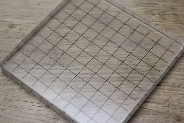 38.タックンピール(両面粘着式のクリアシート)を貼ったアクリルブロックを用意します。