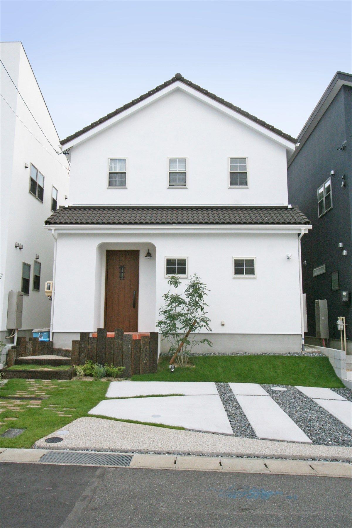 家 外観 エクステリア 切妻屋根 白い家 塗り壁 枕木 ナチュラル