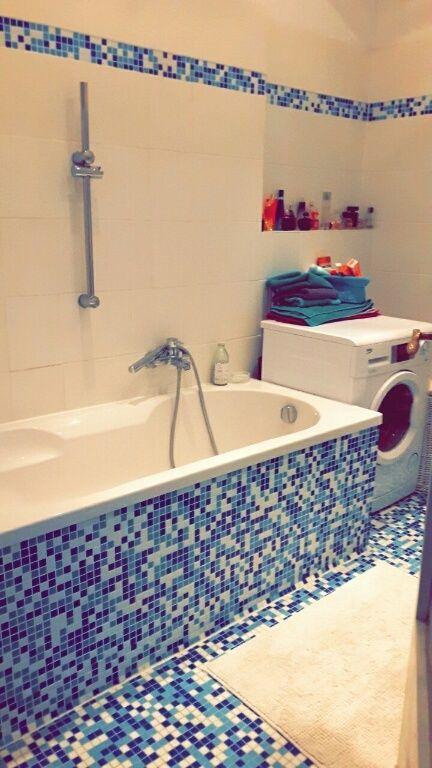 Blau Weißes Mosaik Im Badezimmer Einer 2 Zimmerwohnung In Berlin #Badezimmer  #Wohnung