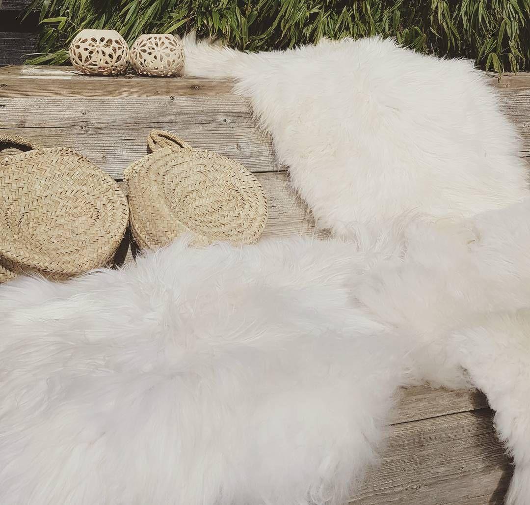 Wat een heerlijk weertje!   Er zijn prachtige schapenvachten binnengekomen.... ♡  #bymarlau #webshop #onlineshop #boho #boholiving #bohostyle #bohemian #bohemianliving #bohemianstyle #nordicliving #nordichome #scandiboho #scandinavianinterior #scandinavianliving #naturalliving #inspiration #instahome #instaliving #white #wood #natural #knits