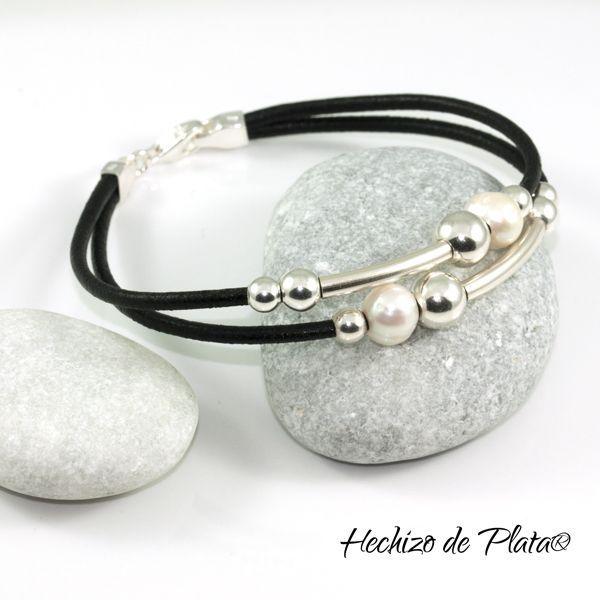 114758e724ab Pulsera de cuero con plata de primera ley y perla. Elegante y perfecta para  regalar  Para mujer. Con medallas para personalizar.