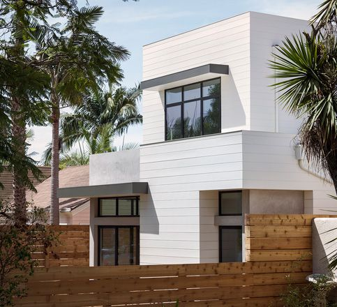 Hardie Board Plank Look Can Look Good On Modern Style House W O Looking Bad Beach House Exterior Exterior Siding House Exterior