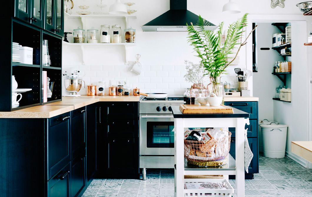 Credenza Cucina Ikea : Cucina bianca e nera con diverse soluzioni per organizzare gli spazi