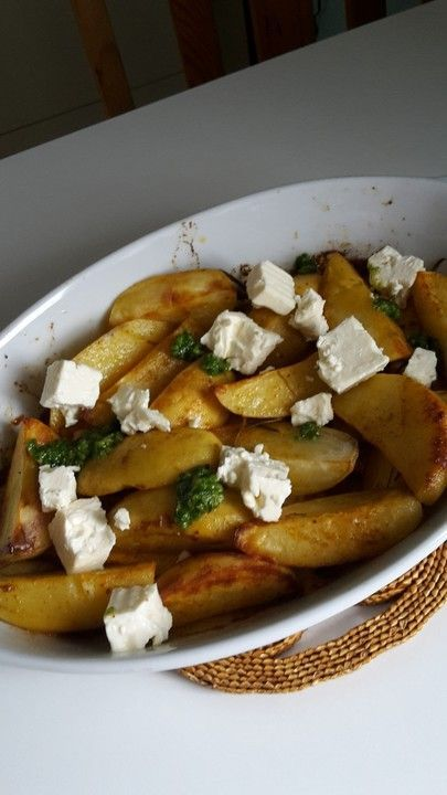 Pesto-Kartoffeln aus dem Ofen #kartoffelspaltenofen Pesto-Kartoffeln aus dem Ofen, ein sehr leckeres Rezept mit Bild aus der Kategorie Vegetarisch. Tags: Backen, Beilage, Hauptspeise, Kartoffel, Kartoffeln, Snack, Vegetarisch #kartoffelnofen